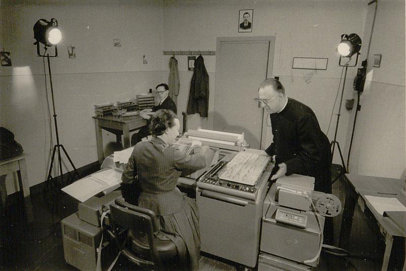 Georges Lemaître et Andrée Bartholomé utilisant la Burroughs E101 au laboratoire de recherches numériques