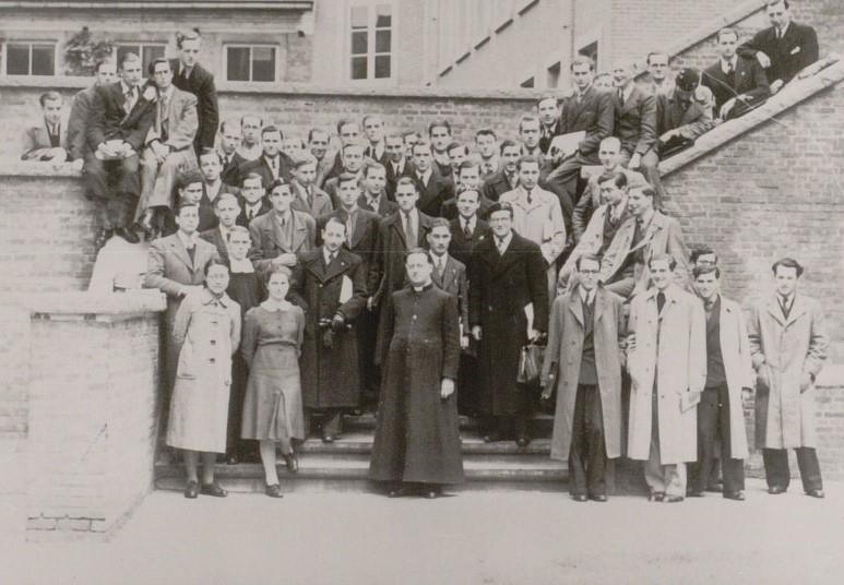 Georges Lemaître entouré d'étudiants