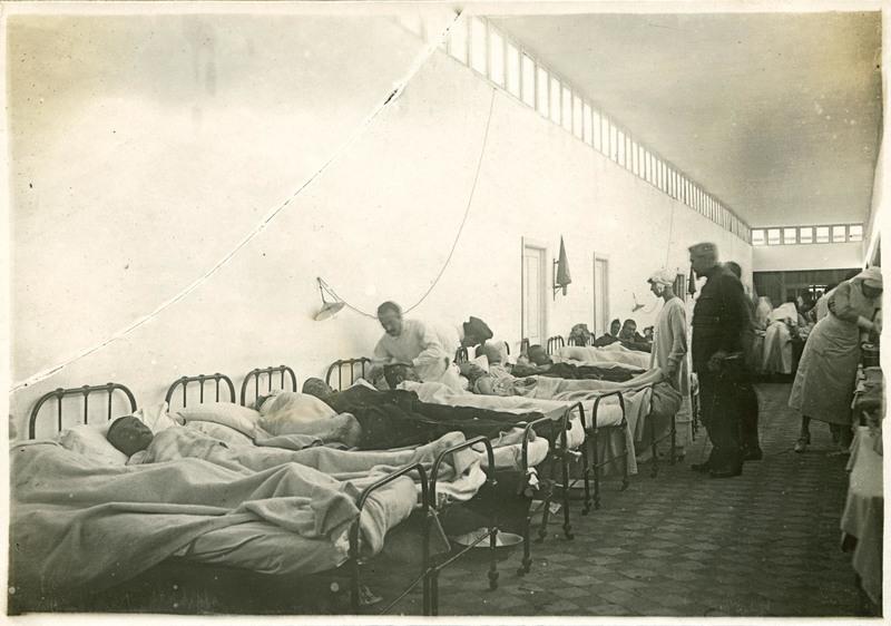 La reine et le docteur Depage au chevet des blessés dans les couloirs aménagés en salle de blessés