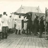 Évacuation d'un blessé du poste chirurgical avancé vers l'Hôpital de l'Océan